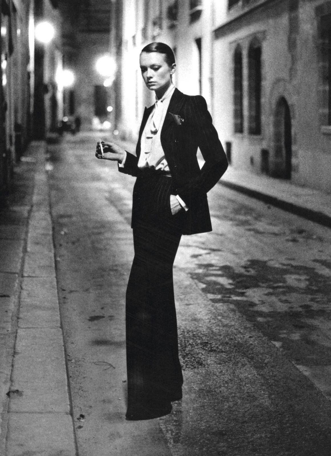 Foto uit '75 door Helmut Newton met YSL's Le Smoking. Puur, rauw, sexy: Le Smoking is tijdloos.