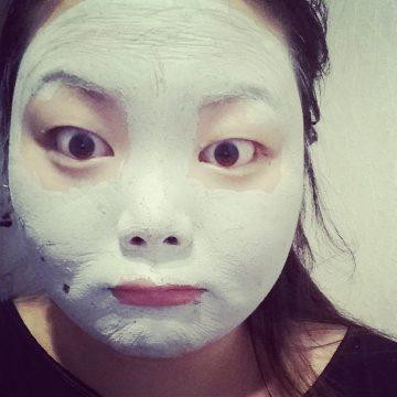 Dat moment wanneer je je gezicht niet kan bewegen. Heel vreemd gevoel wanneer je voorover gebogen hangt. Je huid wil zakken en het masker houdt het tegen. Moet je eens proberen!