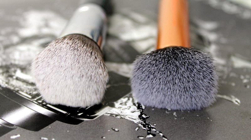 Links: Sigma F82 - Rechts: Real Techniques Buffing Brush