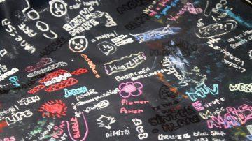 """In het middelbaar moesten wij een """"dekkleedje"""" gebruiken. Dat was eigenlijk een tafellaken, dat de schoolbanken moest beschermen. Uiteraard was er niets leuker dan je dekkleedje met Typex op te fleuren."""